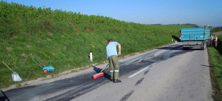Einsatz Ölspur Hauptstraße Pennewang - Offenhausen 1